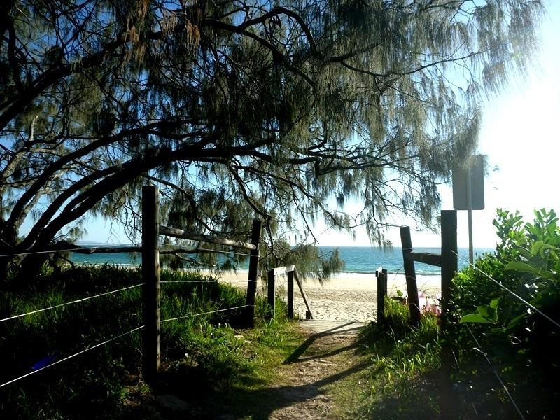 SERENITY AND SURF ON THE SPIT MOOLOOLABA, 2 B/R FULLY FURNISHED UNIT WITH THE BEACH AT YOUR BACKDOOR
